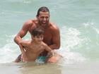 Paizão! Henri Castelli se diverte no mar com o filho