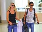 Fiorella Mattheis e Deborah Falabella circulam em aeroporto no Rio