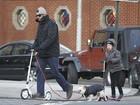 Hugh Jackman anda de patinete com a filha e o cachorrinho em NY