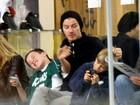David Beckham puxa os cabelos dos filhos em aula de karatê