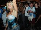Andrea de Andrade faz a alegria da rapaziada em ensaio de rua