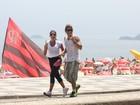 Namorada? Ex-BBB Mau Mau corre acompanhado por morena no Rio