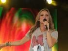 Com pernas de fora, Claudia Leitte se apresenta em Salvador