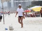 Marcello Novaes joga vôlei na praia
