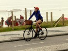 Christiane Torloni pedala na orla da Barra da Tijuca, no Rio