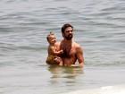 Com a filha no colo, Marcelo Faria leva 'caldo' e ganha bronca da mulher