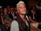 'Queima, coça e arde', diz Bruno Gagliasso sobre cabelo platinado