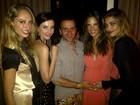 Grávida, Alessandra Ambrósio é paparicada por amigos em festa