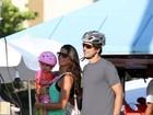Daniella Sarahyba leva a filha Gabriela para passear de bicicleta