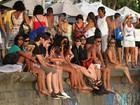 Florence Welch curte pôr do sol no Arpoador, no Rio, com namorado
