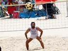 Barbudo, Thierry Figueira joga futevôlei na praia