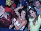Musas Scheila Carvalho e Mayra Cardi se divertem em show