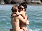 Vanessa Hudgens protagoniza cenas quentes na praia