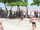 Romário dá show de bola em jogo de futevôlei com amigos