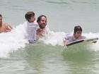 Gabriel O Pensador ensina os filhos a surfar no Rio