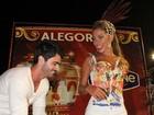 Rodrigão surpreende Adriana com beijaço na Sapucaí