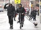 Hugh Jackman caminha com esposa e cachorrinho em Nova Iorque
