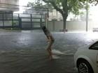 No Twitter, Ashton Kutcher posta foto 'surfando' em meio a temporal em SP