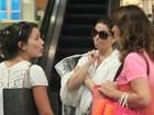 Giovanna Antonelli e Juliana Knust se encontram em shopping no Rio