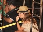 Marcação cerrada: Fernanda Souza assiste a show do Exalta no trio