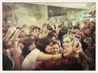 Katy Perry tira fotos com fãs nas Filipinas e posta no Twitter