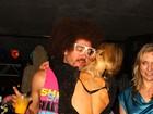 Paris Hilton fica toda 'assanhadinha' ao lado de DJ