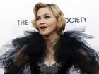 Madonna usa pingente com nome de seu filme em première