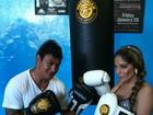 Ex-BBB Anamara brinca de lutadora com Popó e posta foto no Twitter