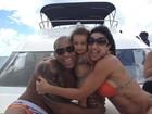Scheila Carvalho passeia de barco com a família pelas ilhas da Bahia