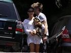 Isis Valverde curte praia com o namorado no Rio