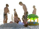 Praia em família! Spiller e Marcello Novaes aproveitam sol com filhos