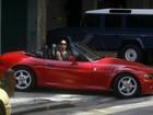 Luxo e riqueza! Carolina Ferraz dirige conversível vermelho em gravação