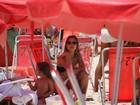 Luiza Valdetaro leva a filha para brincar na praia da Barra