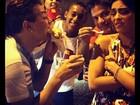 Marido e amigos provocam, mas Juliana Paes resiste a junk food