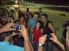 Marcello Novaes posa para fotos com fãs no Rio
