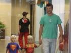 Vestidos de super-heróis, filhos de Rodrigo Hilbert passeiam em shopping