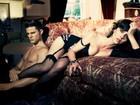 Jennifer Love Hewitt posa de lingerie com modelo masculino sem camisa