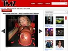 Miley Cyrus se diverte com bolo de formato fálico