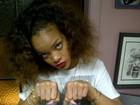 Rihanna faz tatuagem nos dedos: 'Thug life'