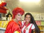 Solange Gomes e o ex-BBB Dicesar fazem compras para o carnaval