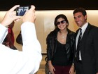 Luíza, que voltou do Canadá, posa para foto com 'fãs' em aeroporto