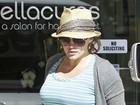 Hilary Duff exibe barrigão ao deixar salão de beleza