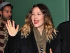 Drew Barrymore exibe seu anel de noivado em programa de TV