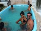 Sem o namorado, Ariadna curte piscina ao lado de amigo 'fortão'