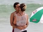 Bruno Mazzeo e Juliana Didone se beijam em praia no Rio