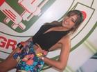 Em show, ex-BBB Natalia usa decote e Latino, sapato de gosto duvidoso