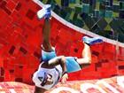 Naldo faz acrobacia e se diverte em gravação de novo clipe no Rio