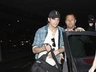 Após alta de Demi Moore, Ashton Kutcher chega em Los Angeles