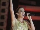 De vestido curtinho, Ivete Sangalo exibe as belas pernas em Salvador