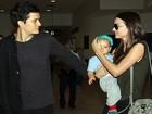 Miranda Kerr encontra o marido, Orlando Bloom, e o filho na Austrália